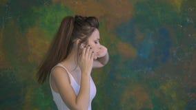 Una bella ragazza che balla alla musica Utilizzi le cuffie grande ballare lentamente stock footage