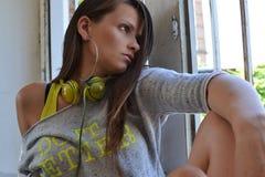 Una bella ragazza che guarda fuori la finestra Immagini Stock Libere da Diritti