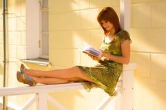 Una bella ragazza che legge un libro Immagini Stock Libere da Diritti