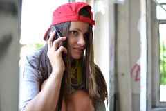 Una bella ragazza che parla sulla sua cellula Fotografia Stock