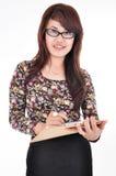 Una bella ragazza che porta una penna e un blocco note Fotografia Stock Libera da Diritti