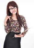 Una bella ragazza che porta una penna e un blocco note Fotografia Stock