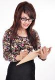 Una bella ragazza che porta una penna e un blocco note Fotografie Stock