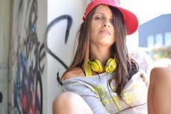Una bella ragazza che si siede sulla finestra Fotografia Stock Libera da Diritti