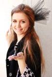 Una bella ragazza con il nero stile sorriso affascinante fotografia stock libera da diritti