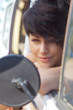 Una bella ragazza con il taglio e gli occhi azzurri dei capelli di scarsità Fotografie Stock