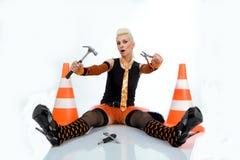 Una bella ragazza con un martello e le pinze Immagine Stock
