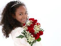Una bella ragazza di sei anni con le rose rosse in convenzionale Fotografie Stock