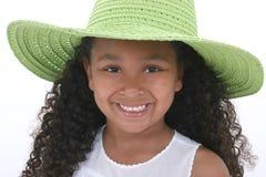 Una bella ragazza di sei anni nel verde sopra bianco Fotografia Stock Libera da Diritti