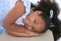Una bella ragazza di sei anni nell'indicazione dei pigiami Immagini Stock