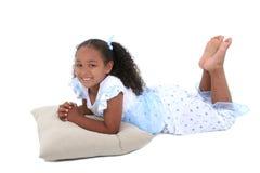Una bella ragazza di sei anni in pigiami sopra bianco fotografie stock libere da diritti