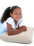 Una bella ragazza di sei anni in pigiami sopra bianco immagine stock libera da diritti