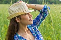 Una bella ragazza esamina la distanza Fotografia Stock Libera da Diritti