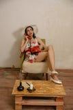 Una bella ragazza mora sta parlando dal telefono Fotografia Stock Libera da Diritti