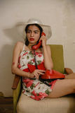 Una bella ragazza mora sta parlando dal telefono Fotografie Stock Libere da Diritti