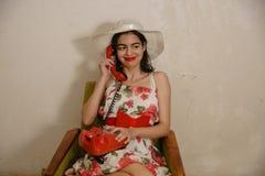 Una bella ragazza mora sta parlando dal telefono Immagine Stock Libera da Diritti
