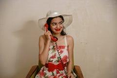 Una bella ragazza mora sta parlando dal telefono Fotografie Stock