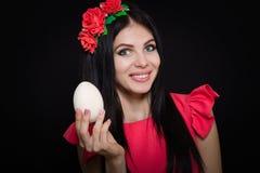 Una bella ragazza in un vestito rosa Fotografie Stock Libere da Diritti