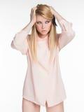 Una bella ragazza in una camicia Fotografie Stock