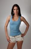Una bella ragazza in una maglietta blu con un BAC grigio Immagini Stock Libere da Diritti