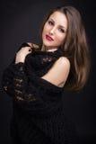 Una bella ragazza in uno scialle nero Immagini Stock