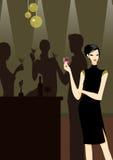 Una bella ragazza in vestito nero con un cocktail Immagine Stock