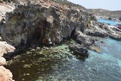 Una bella scena del mare della laguna blu Malta la gente che gode del sole e del mare immagini stock libere da diritti