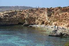 Una bella scena del mare della laguna blu Malta la gente che gode del sole e del mare fotografia stock libera da diritti