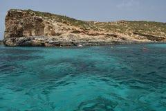 Una bella scena del mare della roccia del mare e del mar Mediterraneo fotografia stock libera da diritti