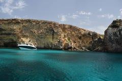 Una bella scena del mare della roccia del mare e del mar Mediterraneo immagini stock libere da diritti