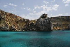 Una bella scena del mare della roccia del mare e del mar Mediterraneo fotografia stock