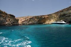 Una bella scena del mare della roccia del mare e del mar Mediterraneo immagini stock