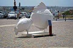 Una bella scultura di pietra di due pesci in mezzo a La Valletta Malta immagine stock