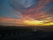 Una bella sera con il cielo drammatico di tramonto immagini stock libere da diritti