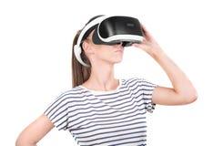 Una bella signora nei vetri virtuali, isolati su un fondo bianco Simulazione del video gioco, tecnologia di visione 3d Fotografie Stock Libere da Diritti