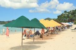 Una bella spiaggia di sabbia bianca in St John, Antigua - 4 dicembre 2017 - - la gente che gode del tempo sulla spiaggia sull'iso Immagini Stock Libere da Diritti