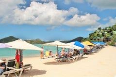 Una bella spiaggia di sabbia bianca in St John, Antigua - 4 dicembre 2017 - - la gente che gode del tempo sulla spiaggia sull'iso Immagine Stock Libera da Diritti