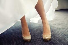 Una bella sposa in un vestito da sposa bianco con il suo oro grazioso Fotografia Stock
