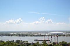 Una bella vista dal balcone di una casa alta sul fiume Fotografia Stock
