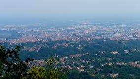Una bella vista dalle montagne ad una piccola città italiana al piede delle alpi Giorno caldo di estate stock footage