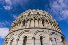 Una bella vista del battistero di Pisa da sotto fotografie stock