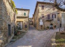 Una bella vista del villaggio medievale di Monticchiello senza gente, Siena, Toscana, Italia immagini stock