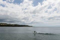 Una bella vista della baia della tartaruga su Oahu, con un surfista femminile di longboard nella priorità alta fotografia stock libera da diritti