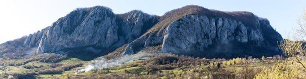 Una bella vista della campagna rumena un giorno caldo della molla fotografia stock