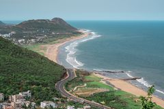 Una bella vista della spiaggia lungo la strada principale e una cittadina fotografie stock