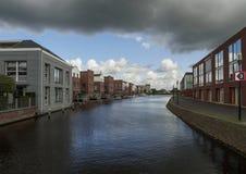 Una bella vista delle case di architettura moderna sulle banche del canale nella città olandese di Vlaardingen un giorno nuvoloso fotografie stock