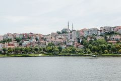 Una bella vista delle case e della moschea a Costantinopoli in Turchia dal lato del Bosphorus Fotografia Stock Libera da Diritti