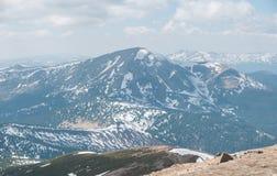 Una bella vista delle montagne innevate dei Carpathians dalla cima di Goverly in primavera in un bello giorno soleggiato con la l fotografia stock libera da diritti