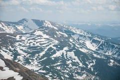 Una bella vista delle montagne innevate dei Carpathians dalla cima di Goverly in primavera in un bello soleggiato Immagine Stock Libera da Diritti
