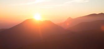 Una bella vista di prospettiva sopra le montagne con una pendenza fotografia stock